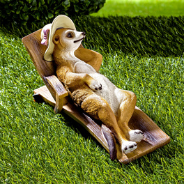 Erdmännchen mit Hut im Liegestuhl